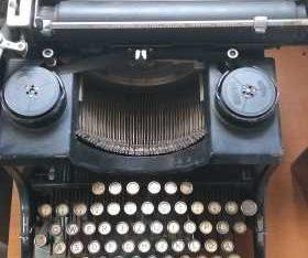 macchina da scrivere Adler