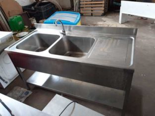Lavandino e tavolo in acciaio inox